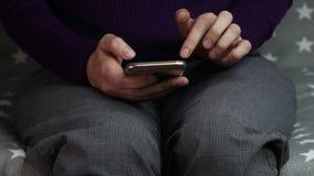 As mãos das mulheres estão usando um smartphone filme