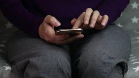 As mãos das mulheres estão usando um smartphone vídeos de arquivo