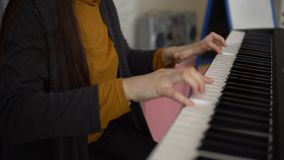 As mãos das mulheres jogam no sintetizador eletrônico video estoque