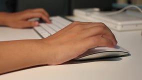 As mãos das mulheres que datilografam no teclado de computador filme