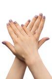 As mãos das mulheres, tratamento de mãos roxo com cristais de rocha Imagem de Stock