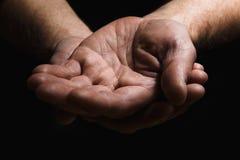 As mãos de homens idosos mostram a palma na palma Fotografia de Stock