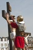 As mãos de Jesus são pregadas à cruz imagens de stock