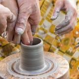 As mãos de mestres da cerâmica imagem de stock