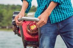 As mãos de um marinheiro, conduzem um barco de motor fotografia de stock royalty free