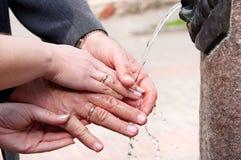 As mãos de um par idoso feliz Imagens de Stock Royalty Free