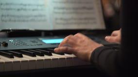 As mãos de um pianista jogam o tecladista durante o concerto da música Jogador de teclados video estoque