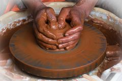 As mãos de um produto moldado oleiro imagens de stock royalty free