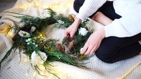 As mãos delicadas da mulher decoram decorações do ` s do ano novo para o celebr Imagem de Stock