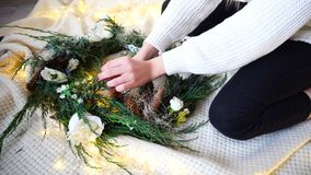As mãos delicadas da mulher decoram decorações do ` s do ano novo para o celebr Fotos de Stock Royalty Free