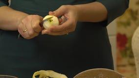 As mãos descascam Apple vídeos de arquivo
