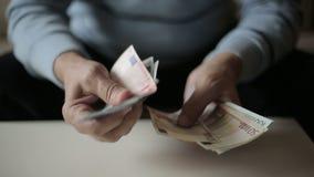 As mãos do ancião que contam euro- cédulas video estoque