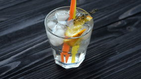 As mãos do barman puseram um cocktail sobre uma tabela de madeira vídeos de arquivo