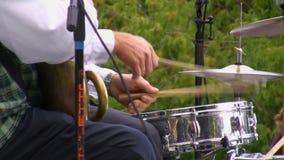 As mãos do baterista fecham-se acima video estoque