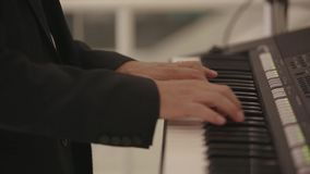 As mãos do casamento dos homens jogam no piano bonde video estoque