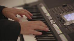 As mãos do casamento dos homens jogam no piano bonde vídeos de arquivo
