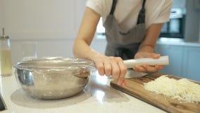 As mãos do cozinheiro chefe cobrem a massa de fermento com aderem-se o filme 4K vídeos de arquivo