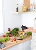 As mãos do cozinheiro que preparam a salada vegetal - tiro do close up Imagem de Stock Royalty Free
