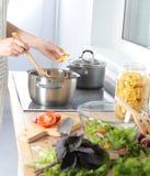 As mãos do cozinheiro que preparam a salada vegetal - tiro do close up Fotografia de Stock Royalty Free