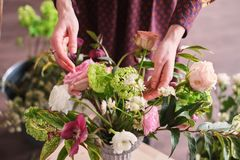as mãos do florista recolhem o ramalhete do casamento no trabalho foto de stock royalty free
