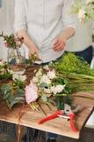 as mãos do florista recolhem o ramalhete do casamento no trabalho foto de stock