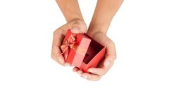 As mãos do homem abrem a tampa da caixa de presente vermelha Imagens de Stock