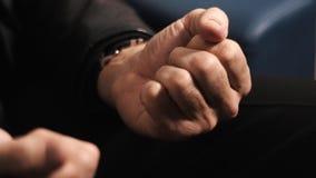 As mãos do homem adulto abrem o punho para revelar doces verdes na palma video estoque