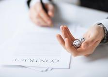 As mãos do homem com jogo cortam o contrato de assinatura Fotos de Stock Royalty Free