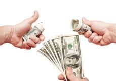 As mãos do homem em poses diferentes com notas de dólares americanos Foto de Stock