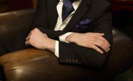 as mãos do homem encontram-se na parte de trás da cadeira, ele ele mesmo em um d imagem de stock royalty free
