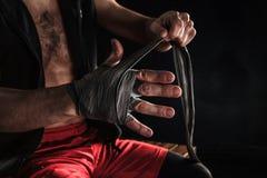 As mãos do homem muscular com atadura foto de stock