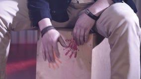 As mãos do músico que refletem o ritmo na caixa de madeira Instrumento musical para bater o ritmo filme