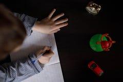 As mãos do menino durante a classe foto de stock royalty free