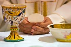 As mãos do papa comemoraram o Eucaristia fotografia de stock