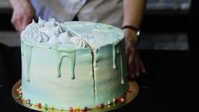 As mãos do pasteleiro reduziram o bolo de aniversário em três porções vídeos de arquivo