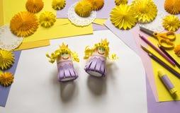 As mãos do ` s das crianças fazem uma princesa do papel Acessível para um partido Fotografia de Stock