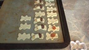 As mãos do ` s das mulheres são decoradas com biscoitos, doces e os doces crus vídeos de arquivo