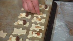 As mãos do ` s das mulheres são decoradas com biscoitos, doces e os doces crus video estoque