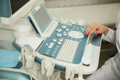 As mãos do ` s do doutor da jovem mulher fecham-se acima da preparação para uma varredura do dispositivo do ultrassom fotos de stock