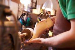As mãos do sapateiro que dão forma à sapata duram em uma oficina Imagens de Stock Royalty Free