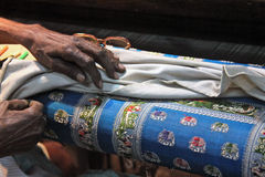 As mãos do tecelão da seda Fotos de Stock Royalty Free