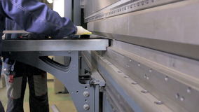 As mãos do trabalhador dobram a folha de metal em uma máquina industrial de dobra moderna em uma fábrica vídeos de arquivo
