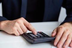 As mãos dos homens com calculadora Fotos de Stock Royalty Free