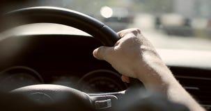 As mãos dos homens no volante do carro vídeos de arquivo