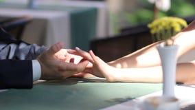 As mãos dos recém-casados fecham-se acima video estoque