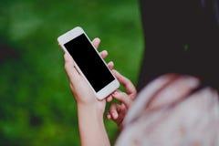 As mãos e os telefones telefonam o uso da tecnologia de comunicação fotografia de stock