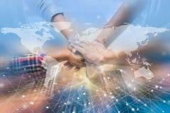 As mãos eram um conceito da colaboração dos trabalhos de equipe com tecnologia e imagens de stock