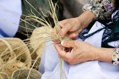 As mãos Esparto da mulher handcrafts mediterrâneo Fotos de Stock Royalty Free