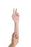 As mãos estendido da mulher em uma garra Imagens de Stock