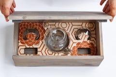 As mãos fêmeas abrem uma caixa de presente de madeira Imagem de Stock Royalty Free